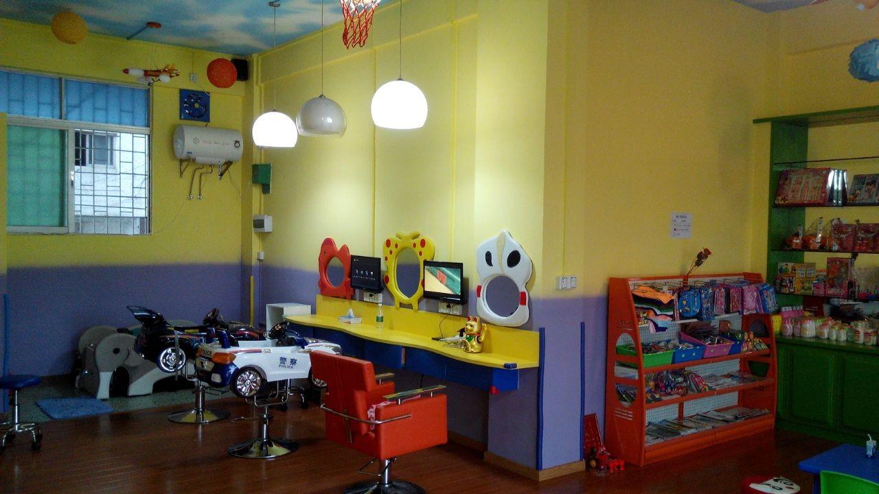 店铺位于中山市坦洲镇凤翔街38号2-3卡(即合胜幼儿园对面直入100米),60多平方米。在几家早餐店的附近,每天吃早餐的人都会知道店铺的存在,所以广告费都可以省下。四周也是小学、幼儿园。店铺为全新装修,木地板,店内有空调、大电视、小电视、热水器、洗头床等等,设备齐全,如继续经营理发,已有稳定的儿童理发群体,可加插大人理发区,接手即可营业。由于自己不是理发这行的行内人,又没有时间再去管理,因此割爱转让,也可以转租。如有意向者,请尽快来电。转让价格面谈,优惠至极!13531774063吴先生